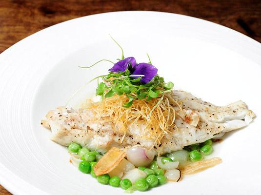 罗勒海鲈鱼配烟熏腊五花炒豌豆