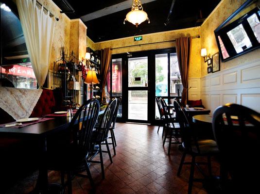 Gold Wheel位于充满老上海风情的茂名路上,是一家迷人舒适的欧式葡萄酒餐厅酒吧。在这里你可以寻觅到别处不可多得的旧世界葡萄酒以及美味的地中海风味美食。Gold Wheel将会参加此次2014上海葡萄酒周,为我们呈现搭配轩乐葡萄酒的独一无二定制午晚餐以及酒吧精选套餐。而2014年上海葡萄酒周将会为大家带来沪上50家顶级餐厅酒吧的饕餮盛宴及折扣优惠。