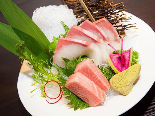 蓝鳍金枪鱼中腹和北海道鲐鱼刺身