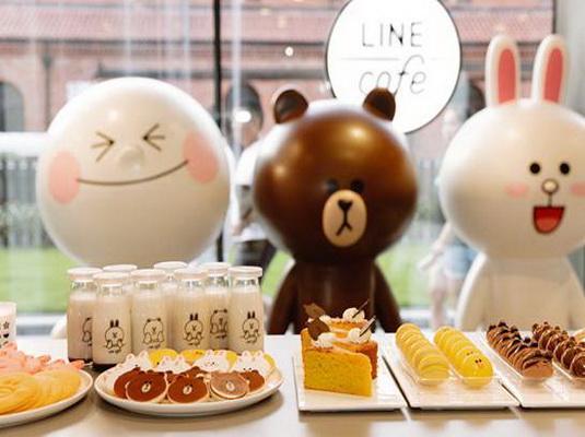 咖啡店把可爱的卡通人物表情,包括馒头人,可妮兔和布朗熊统统搬进了店