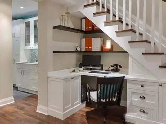 开间够大, 整成书房,   依楼梯墙壁而建   实用且节省空间的设计