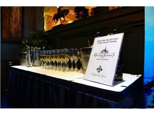 "ClubVizta纬诗达于中国区的首场嘉宾分享SHOW于2016年4月19日晚在上海外滩全景BUNDPANORAMA低调绽放。这也意味着ClubVizta纬诗达以""家庭出境度假管家""的形象,正式走到菁英家庭、群体的身边。 ClubVizta纬诗达定位于""家庭出境度假服务""运营商,是由中国最大旅游服务商--中国港中旅集团旗下的香港中旅国际投资有限公司,和香港帝盛酒店集团、美国上市公司国际钻石度假村共同出资创建。依托雄厚的实力和强大的资源整合,搜罗全球度假资源"