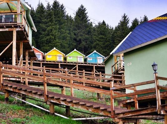 天山脚下小木屋 新疆的彩色童话梦