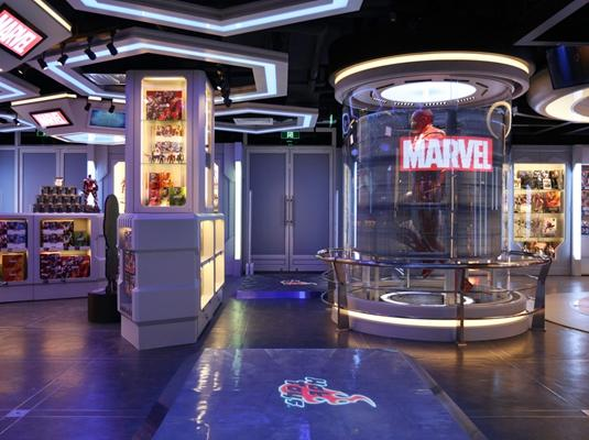 景点2: 钢铁侠1:1雕像及环回全息影像投影装置 毫无疑问,每位走进漫威主题区域的顾客,所有目光必然会被镇守中央位置的1:1原大比例Mark VII钢铁侠雕像,和一组把它围绕着的立体环回圆柱投影装置所吸引着。这组设计灵感完全是针对《钢铁侠》电影系列中,主角托尼·史塔克经常在工作室展现高科技全息影像数字世界而进行实体化的视觉装置,不单属于Hot Toys制作,全球首个的360度显示屏式1:1立体雕像陈列展柜,当中的复杂结构,以及结合凌厉视觉画面、声效与模拟悬浮全息影像的设计,更是给漫威影迷带