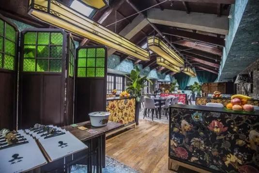 还记得五原路的喜喜小馆吗?现在喜喜小馆的新店空降新天地,依旧是满满的创意和怀旧。花式墙纸和中式屏风,加上斑驳砖墙和欧式灯罩,老上海风情和意大利式浪漫在这里相遇,生出一股细腻的怀念之感。