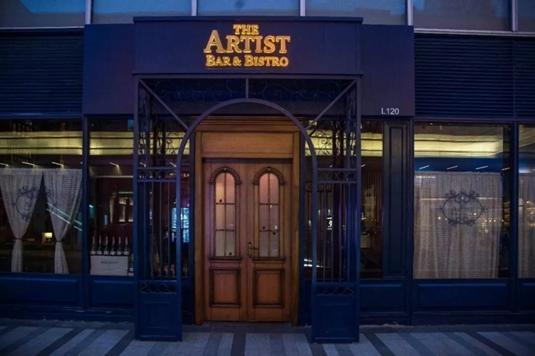 名为The Artist Bar & Bistro,这家店的外表乍看有些忧郁。但推开那扇木门,仔细回想Artist一词,会发现店家既非刻意附庸风雅,也没有言过其实——因为,店内分明是一处艺术家的收藏展厅。