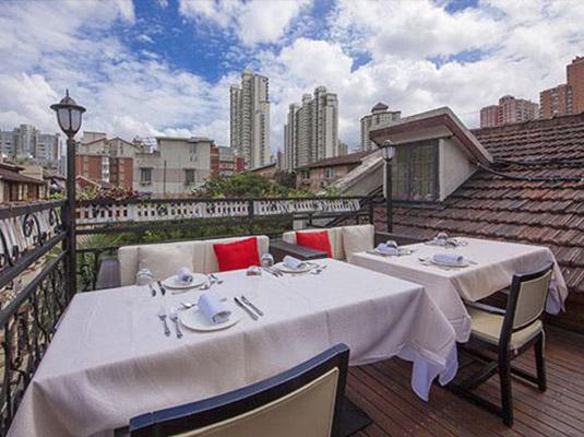梁式的屋顶,真皮柔软的座椅,黄色的墙壁和一块推荐每日优惠菜品的黑板