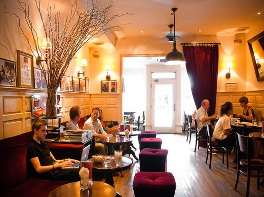 文艺咖啡馆,门店小小却别有洞天的citizen既是咖啡馆也是酒吧,室内是