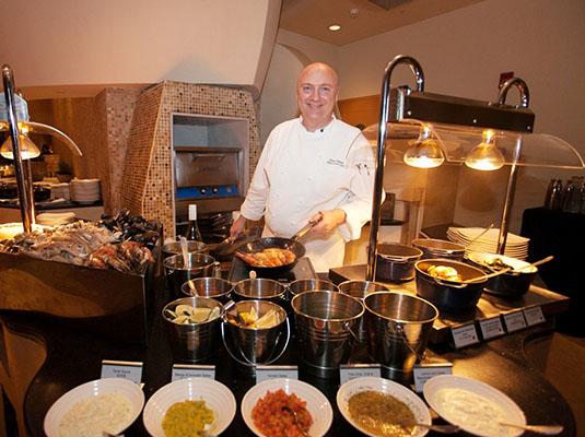 现场海鲜烹饪台出品多款海鲜美食