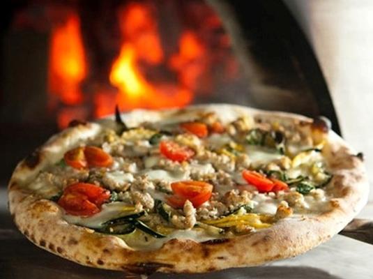选用纯果木烤制出来的披萨外脆里酥
