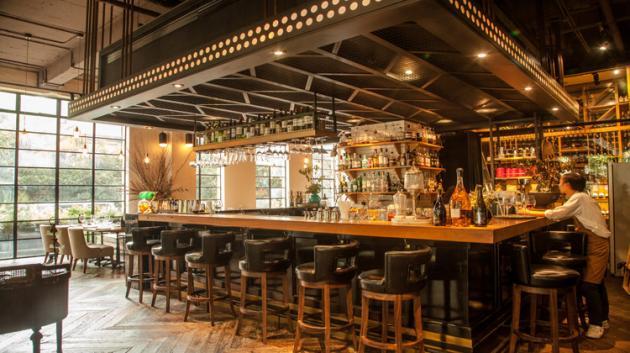 PISTACCHIO开心果餐厅坐落于充满历史韵味的武康路上有着迷你新天地之称的武康庭,装修设计有种老剧院风格,从木质地板、个性圈椅、皮质沙发到一大片的整面落地窗,都能够感受到餐厅既舒服又雅致的氛围。餐厅主打意大利菜式,从许多菜品,例如、小菠菜配炸脆水波蛋和圣丹尼尔火腿、全手工意面、黑松露鳕鱼、六小时慢煮羊肩、和招牌舒芙蕾等,都吃得出优质的食材和极为精湛的手艺。