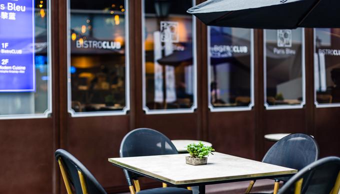 身于洛克·外滩源的Paris Rouge 巴黎红,早已是老饕心中无可替代的完美法餐代名词,让上海食客知道,在Fine dinging和Bistro之间,还有一种Brasserie。时隔两年,她的全新姐妹店Paris Bleu巴黎蓝也降临新天地新里,又在魔都餐饮圈掀起一阵波澜,似乎不第一时间去宠幸,就不能算是潮人。 巴黎蓝和传统严谨的姐姐巴黎红不同,年轻又摩登,深蓝的环境主色调,加上有质感的木椅、皮沙发,这家摩登又不失设计感的餐厅,带来了法国布列塔尼港口边海鲜餐厅的清新气息。轻快放松的小酒馆氛